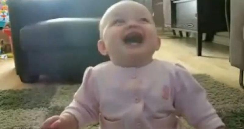 Bebê ri muito