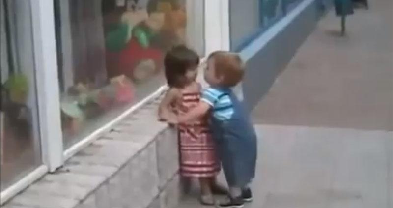 Menino tenta roubar beijo