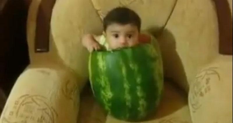 Bebê comendo melância